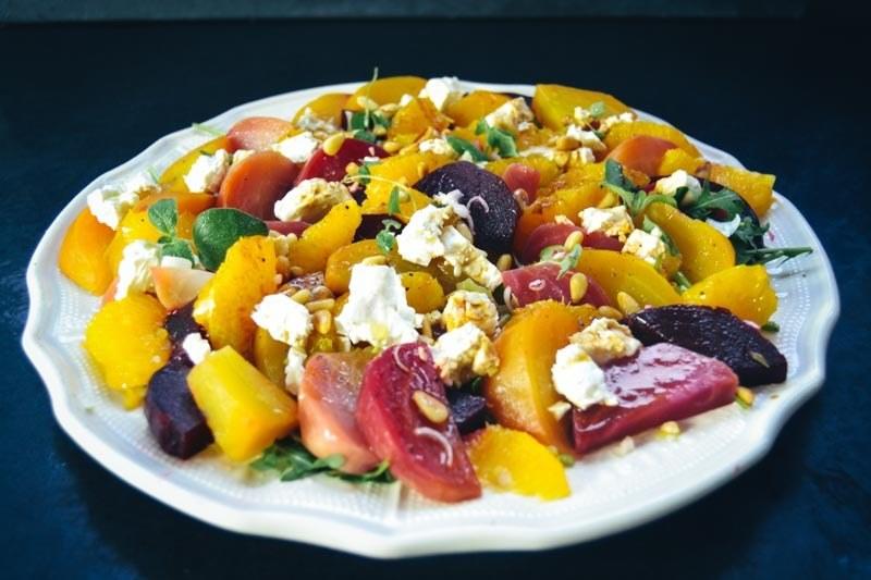 Rezept Bunter rote Bete Salat mit Orange, Feta und Pinienkernen
