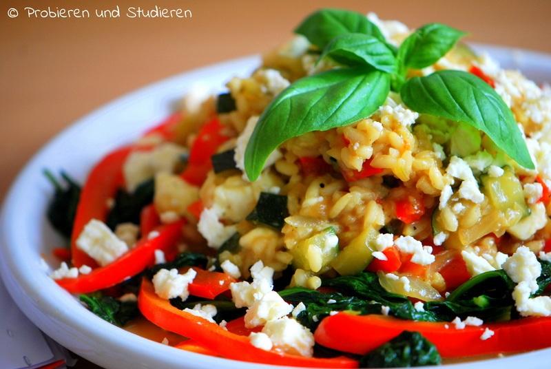 Rezept Buntes Gemüse-Risotto mit Feta auf Spinat