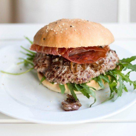 Rezept Burger mit selbst gebackenen Buns, Balsamico-Schalotten, Rucola, Pecorino und Serranoschinken