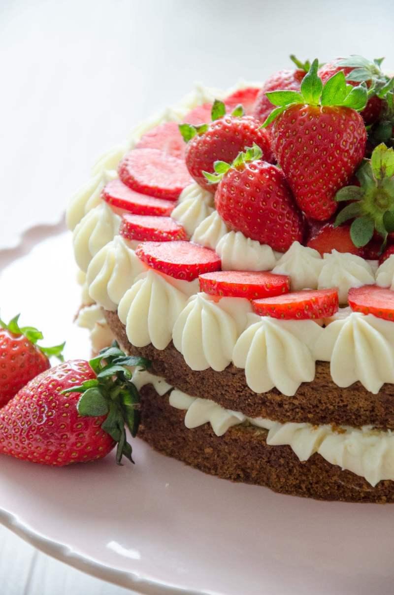 Rezept Buttermilch-Erdbeer Torte mit weißer Schokoladencreme