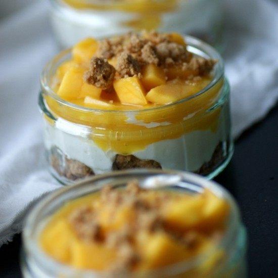 Rezept Cheesecake im Glas mit Mandelcrumble und Mango