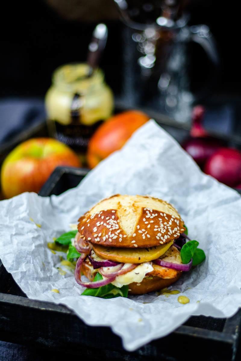 Rezept Chicken-Burger mit Apfel und Camembert im Laugenbrioche Bun