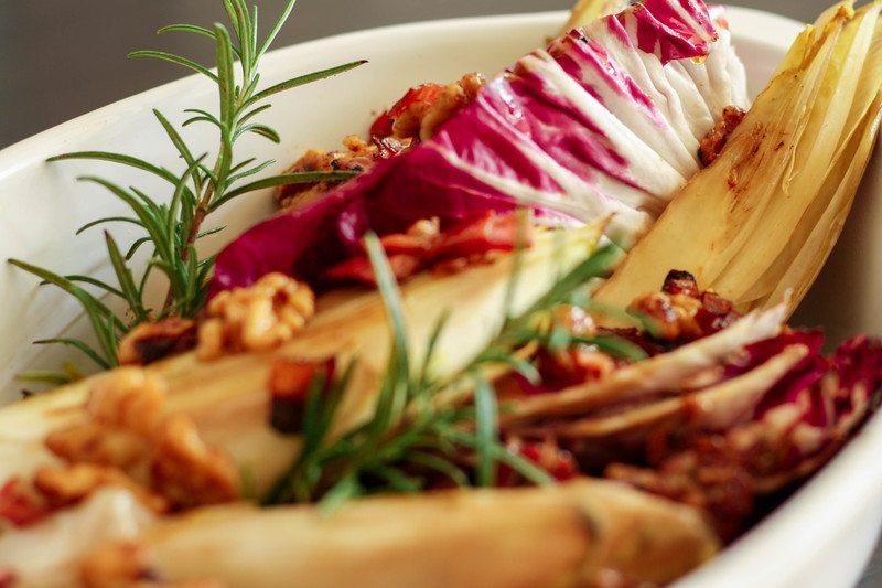 Rezept Chicorée und Radicchio mit Schinken, Walnüssen und Ahornsirup