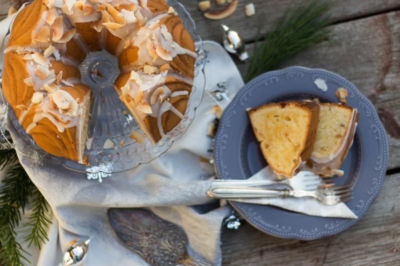 Rezept Coconut Macadamia Nut Pound Cake mit Snowy Rum Glaze