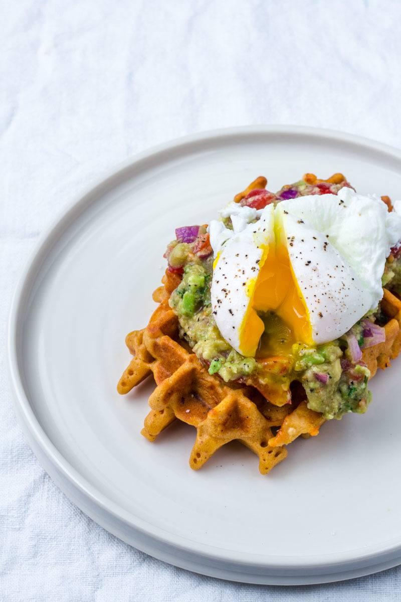 Rezept Cornbread Waffeln mit Käse, Guacamole und pochiertem Ei