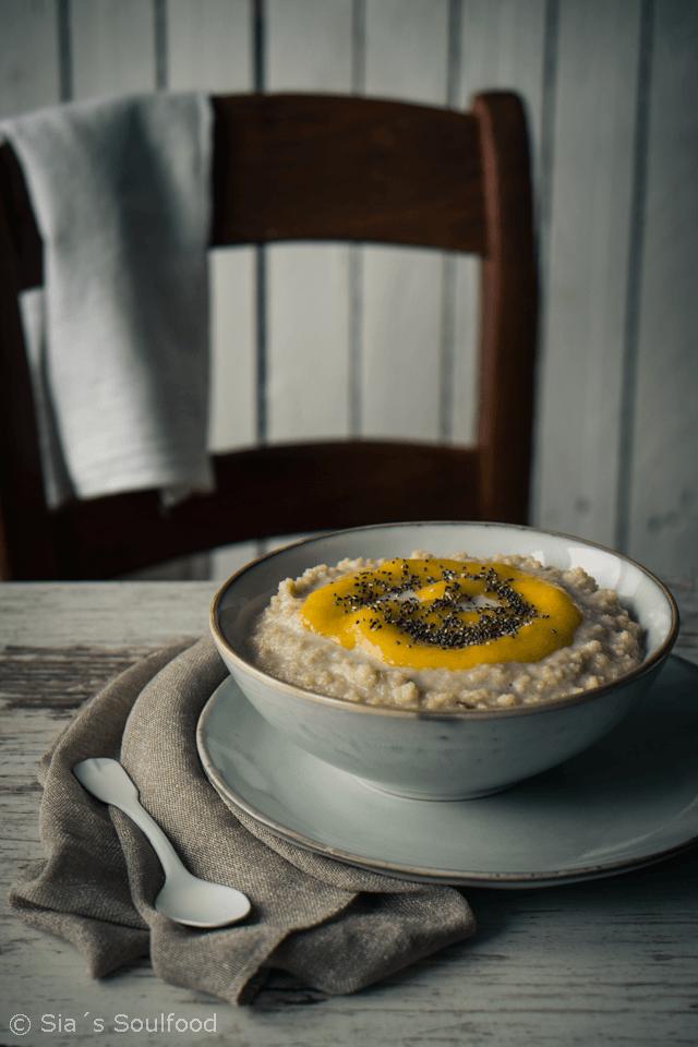 Rezept Couscous-Kokos-Porridge mit Mangomus und Chia-Samen
