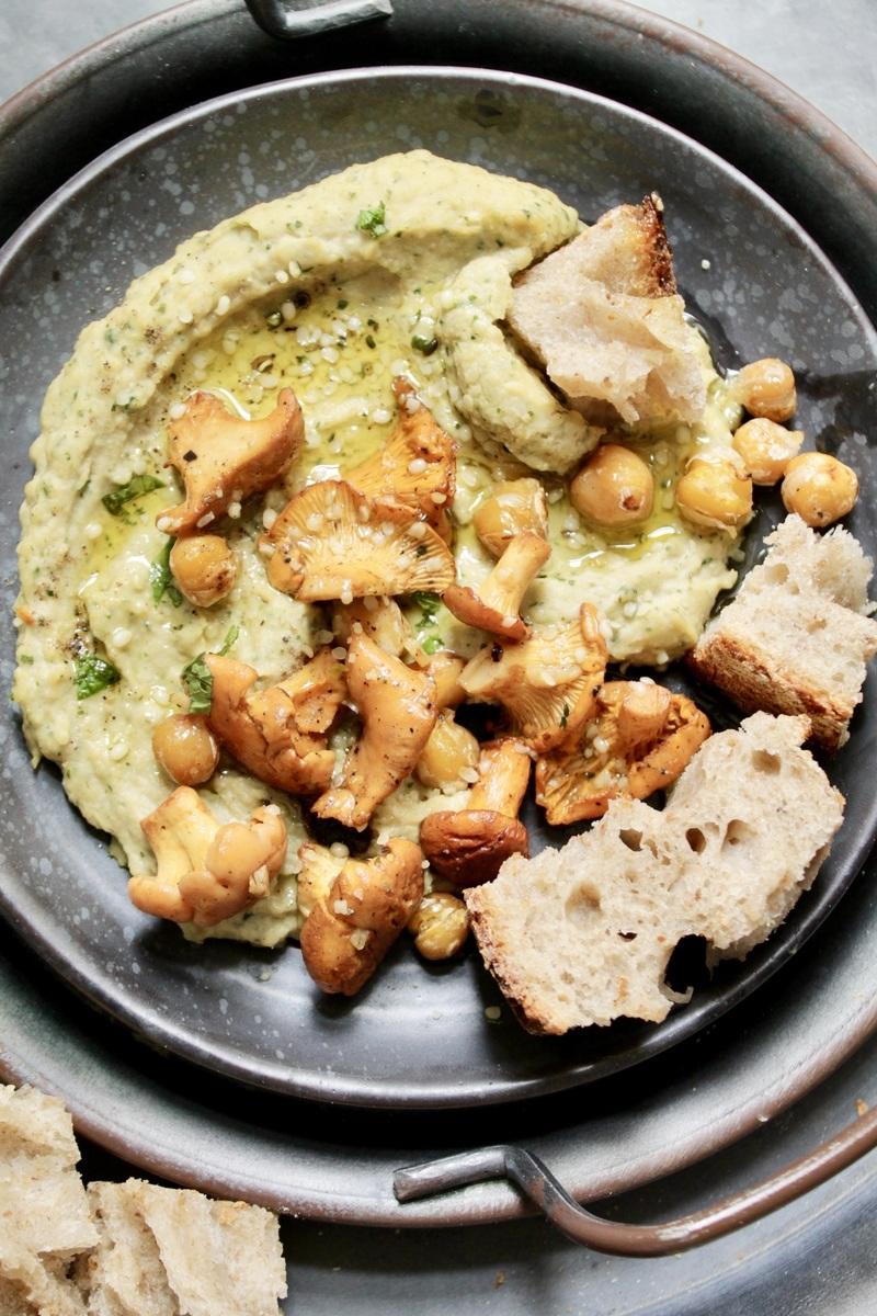 Rezept Cremiger Hummus mit Pfifferlingen (Eierschwammerln) & Minze