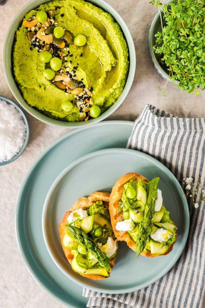 Rezept Crostini mit grünem Spargel, Burrata, Pistazienkernöl & Erbsenhummus