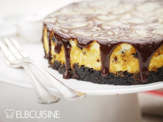 Rezept Crunchig-cremige Oreo-Cheesecake-Torte – außen marmoriert und innen gestreift