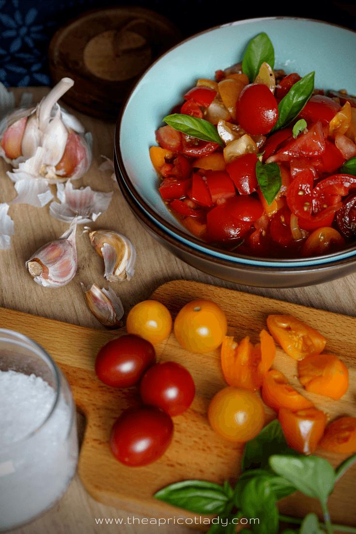 Rezept die beste Grillbeilage – Tomaten mit Knoblauch, Olivenöl & Basilikum