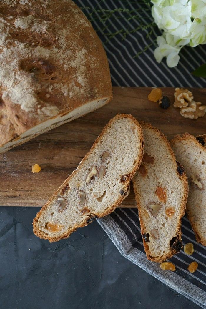 Rezept Dinkel - Sauerteig Brot mit Wallnüssen und gelben Rosinen