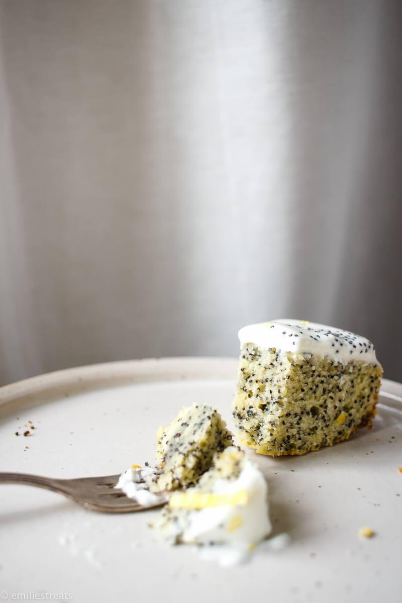 Rezept Einfacher Mohn-Rührkuchen mit Zitronen-Skyr-Creme (zuckerarm)
