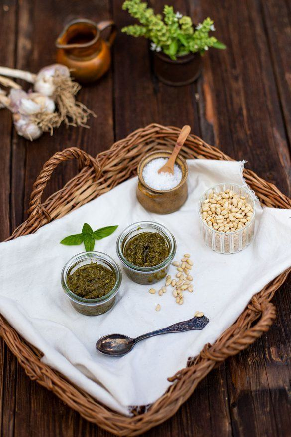 Rezept Einfaches Basilikum Pesto Rezept mit Pinienkernen und Parmesan