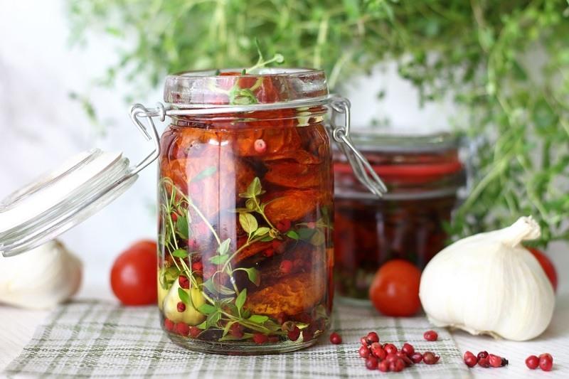 Rezept Eingelegte getrocknete Tomaten mit Thymian und Rosa Pfeffer