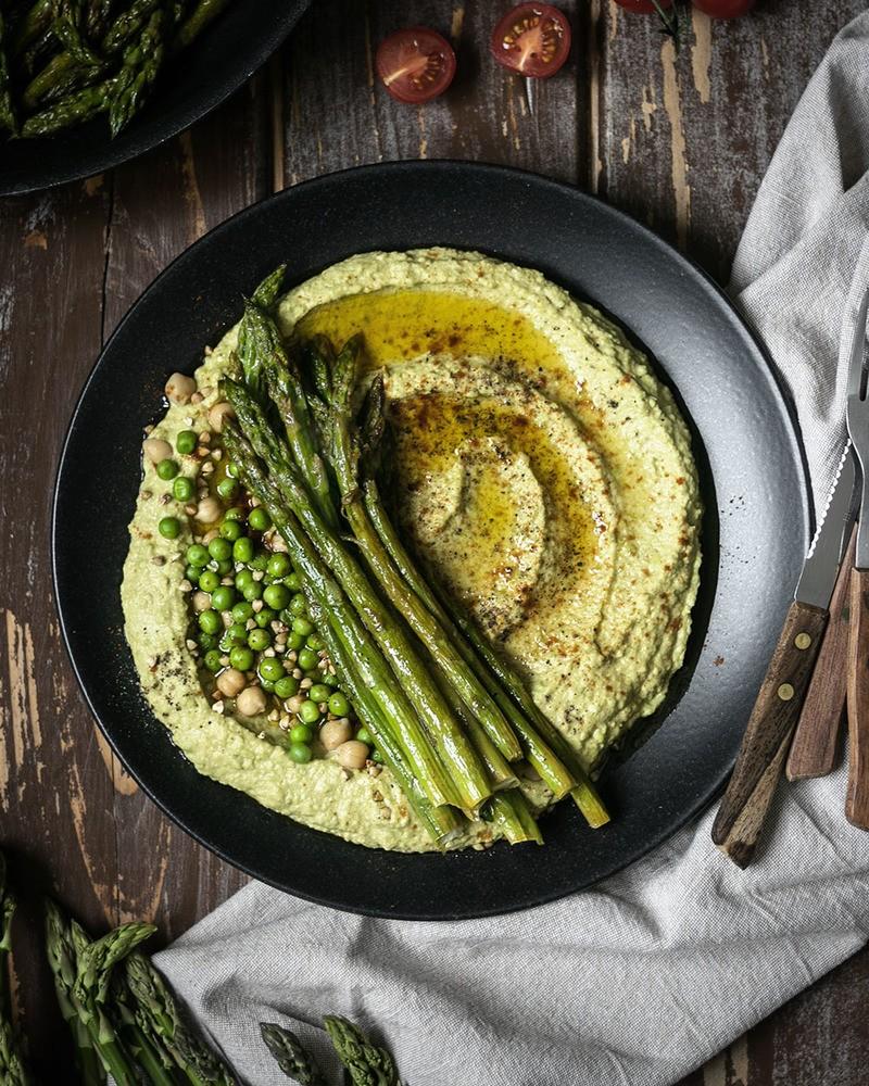 Rezept Erbsen-Hummus mit gebratenem grünen Spargel | Kichererbsendip einfach selbermachen
