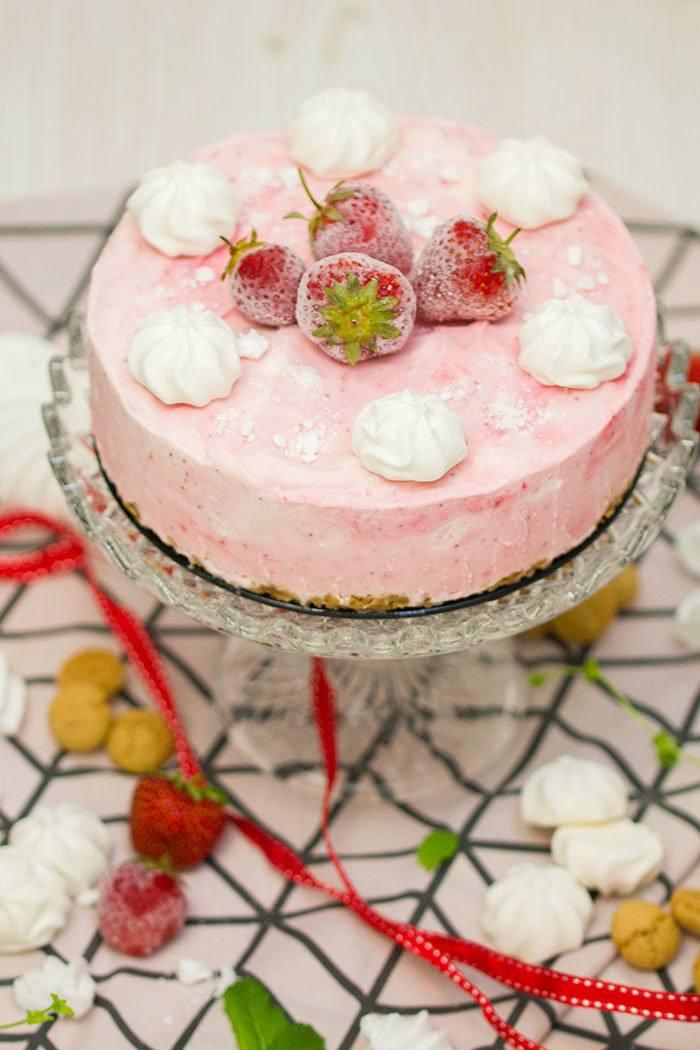 Rezept Erdbeer-Baiser-Eistorte mit Amarettini-Knusperboden