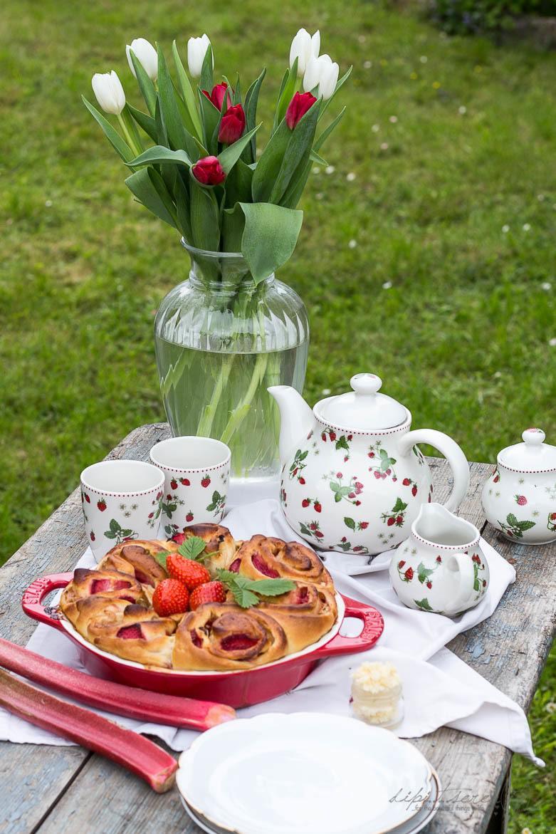 Rezept Erdbeer Rhabarber Sweet Rolls mit Vanille Buttercreme