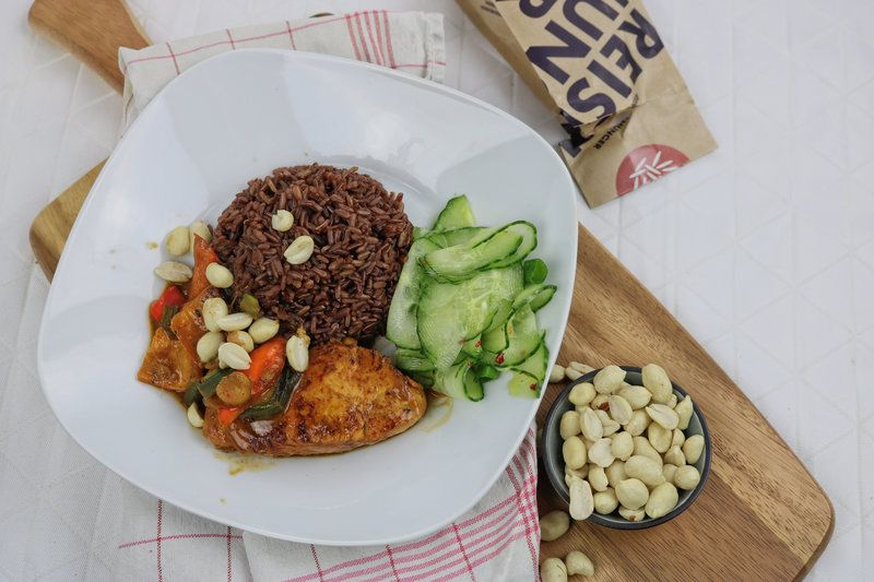 Rezept Erdnuss-Hähnchen mit rotem Reis und Chili-Gurkensalat