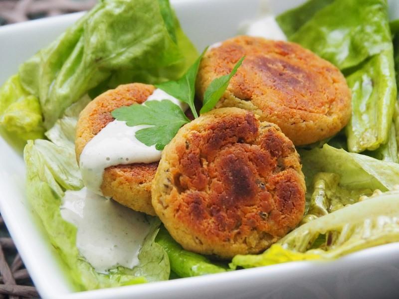 Rezept Falafel mit Joghurtdip auf Blattsalat