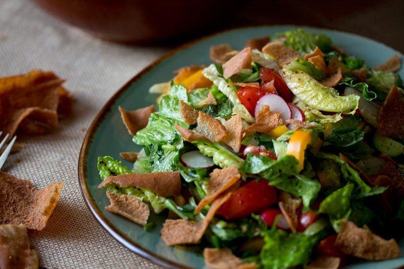 Rezept Fattoush: Bunter Salat mit frittiertem Fladenbrot