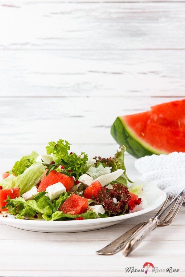 Rezept Fetakäse über frischem Wassermelonen-Sommersalat mit rosa Pfefferbeeren