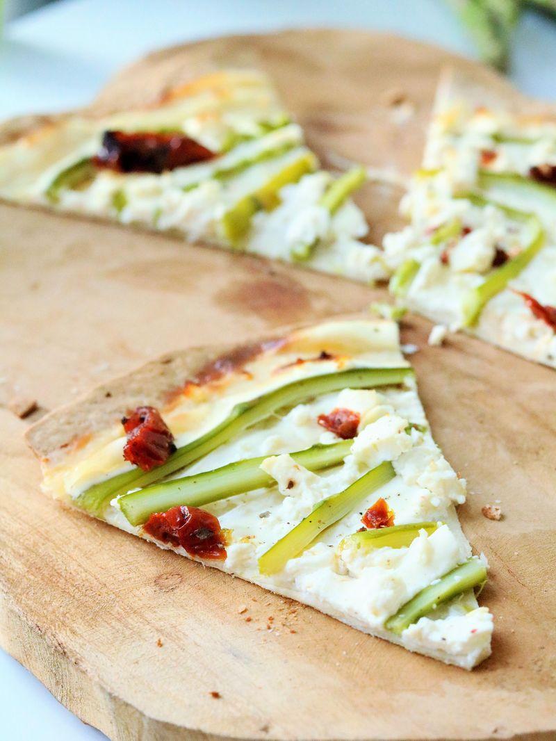 Rezept Flammkuchen mit grünem Spargel, Feta und getr. Tomaten