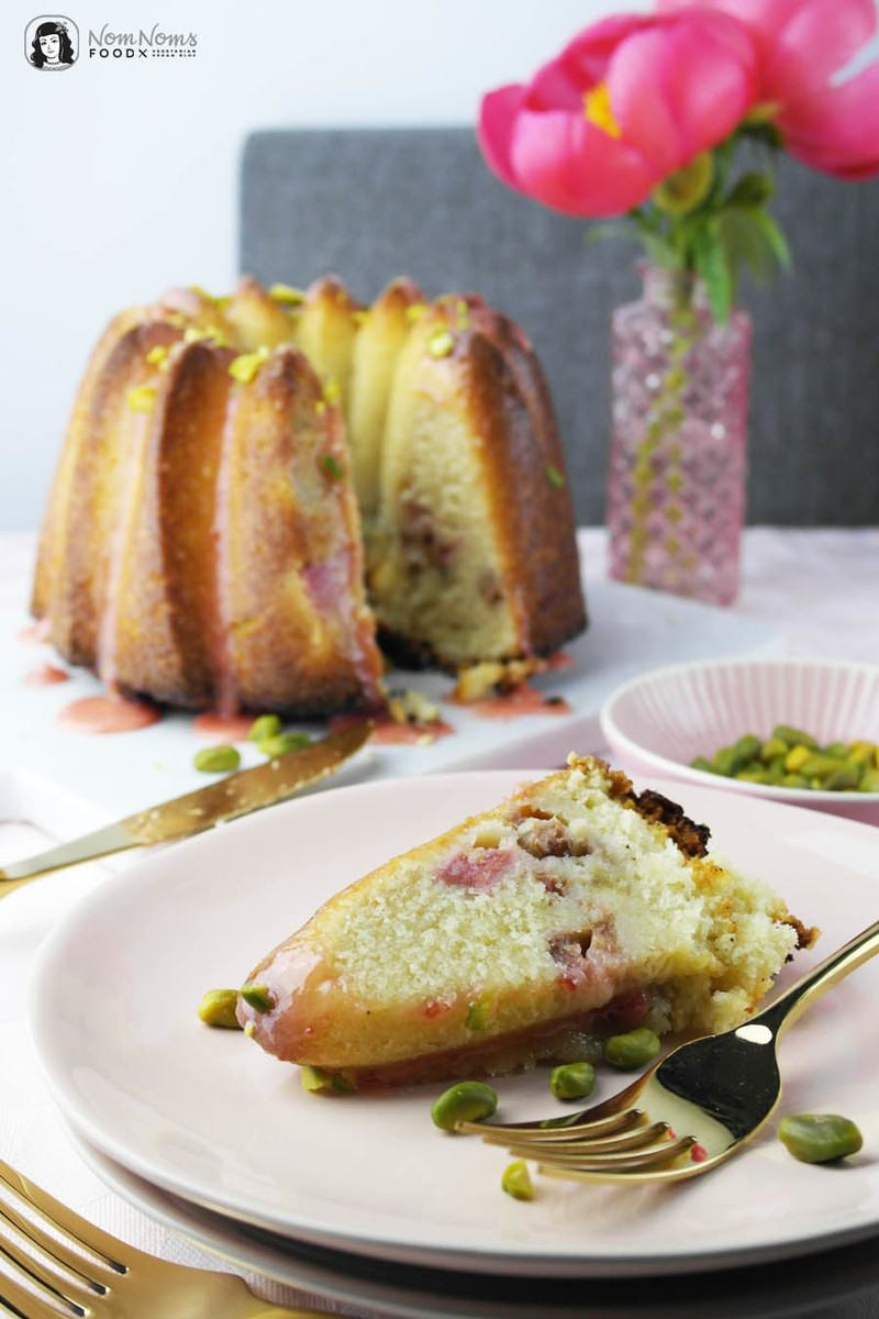 Rezept Fluffiger saftiger Rhabarber-Rührkuchen mit Erdbeer-Glasur und Pistazien