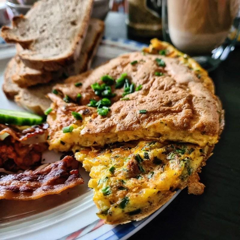 Rezept Fluffiges Omelett mit Cheddar und viel Schnittlauch! 🤩😋