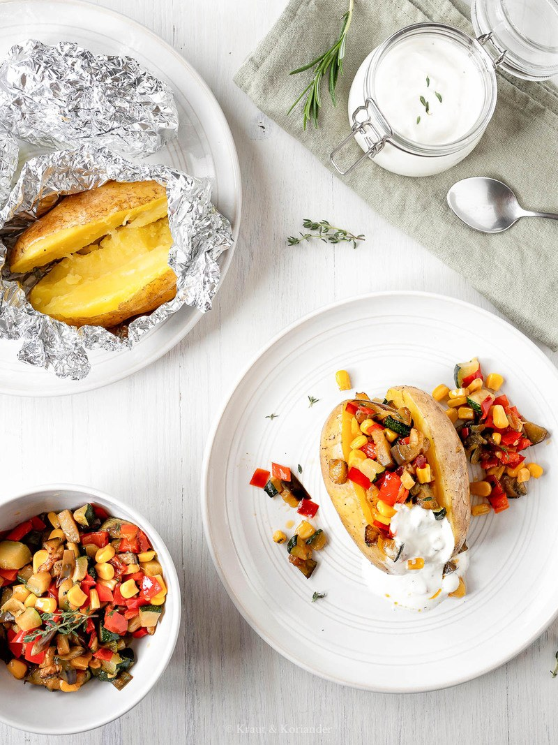Rezept Folienkartoffeln mit Gemüsesalsa und Sauerrahm-Dip