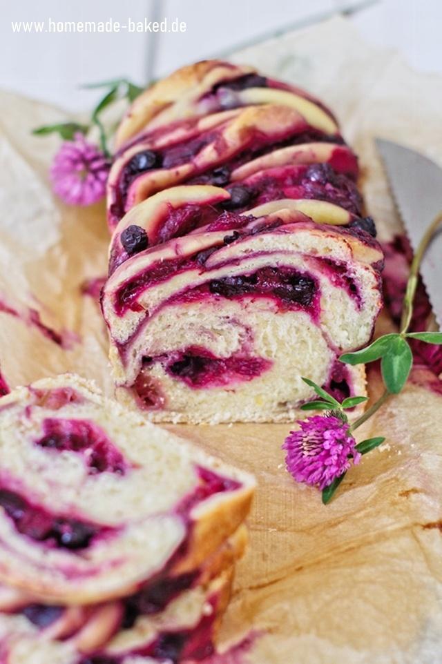 Rezept Fruchtige Sommerbabka mit Rhabarber-Heidelbeer-Füllung