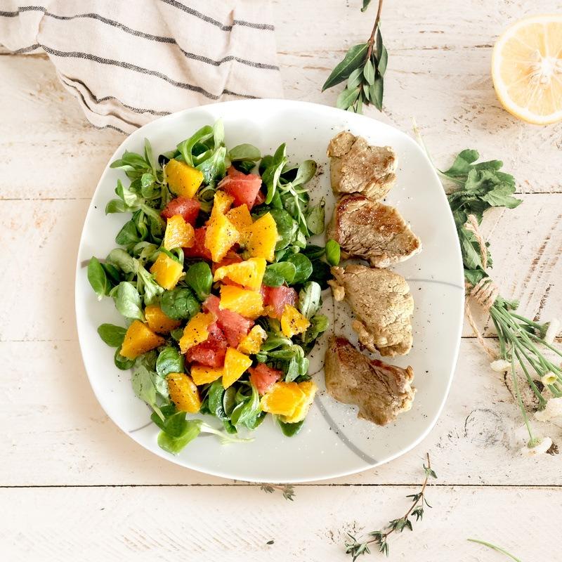 Rezept Fruchtiger Salat mit Schweinemedaillons