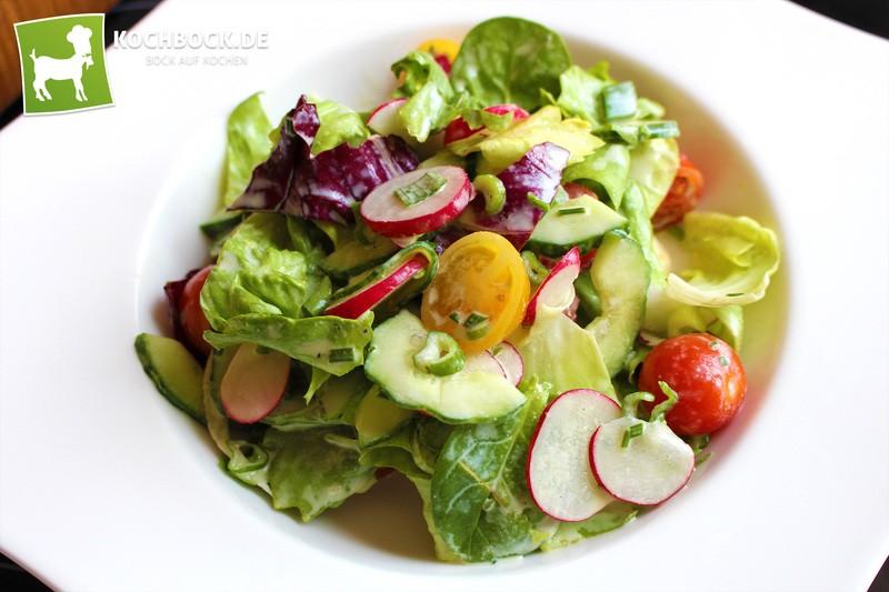 Rezept Frühlingssalat mit knackigen Radieschen an Joghurt-Dressing