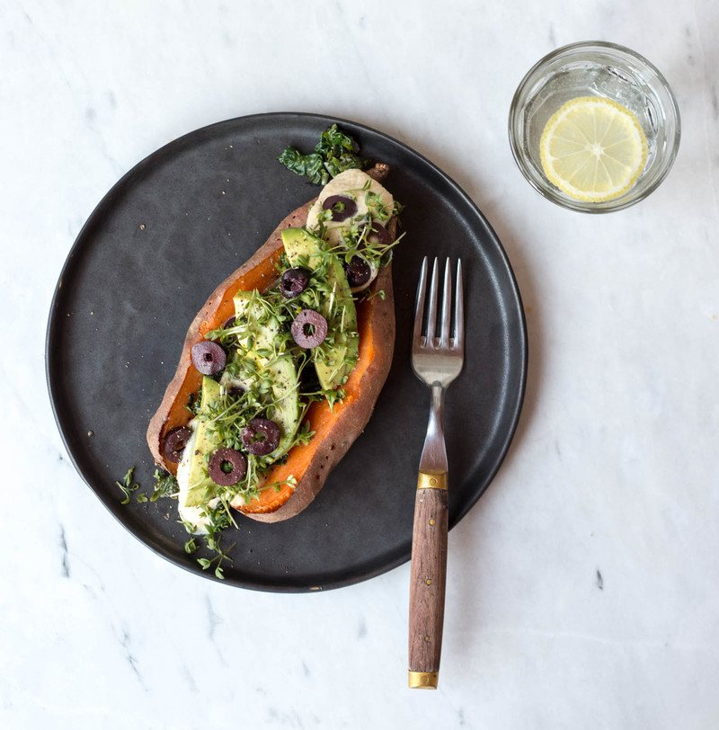Rezept Gebackene Süßkartoffel mit Oliven-Joghurt-Hummus