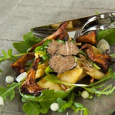 Rezept Gebratene Pfifferlinge in Trüffelbutter auf lauwarmen Raviolisalat