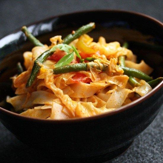 Rezept Gebratene Reisbandnudeln mit roten Curry & Erdnusssoße