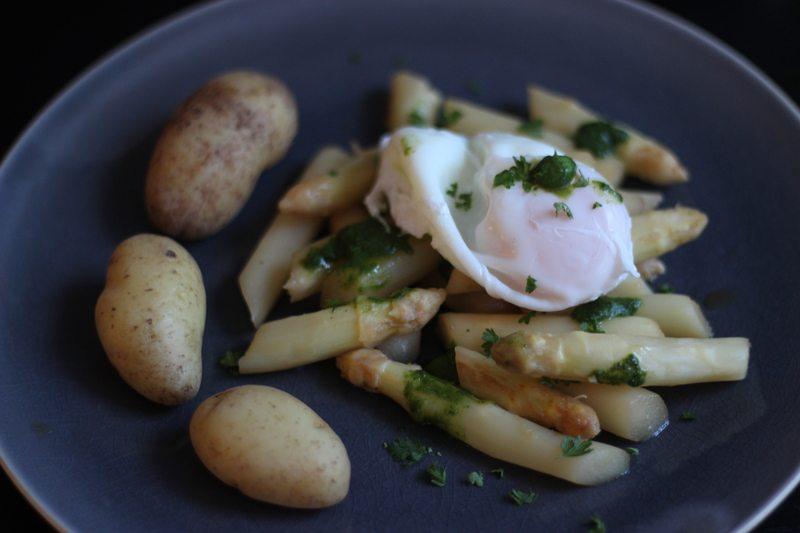 Rezept Gebratener & karamellisierter Spargel mit Grüne-Sauce-Kräuterbutter und pochiertem Ei