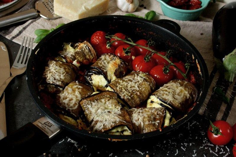 Rezept Gefüllte Auberginen-Röllchen in Tomaten-Paprika-Sauce