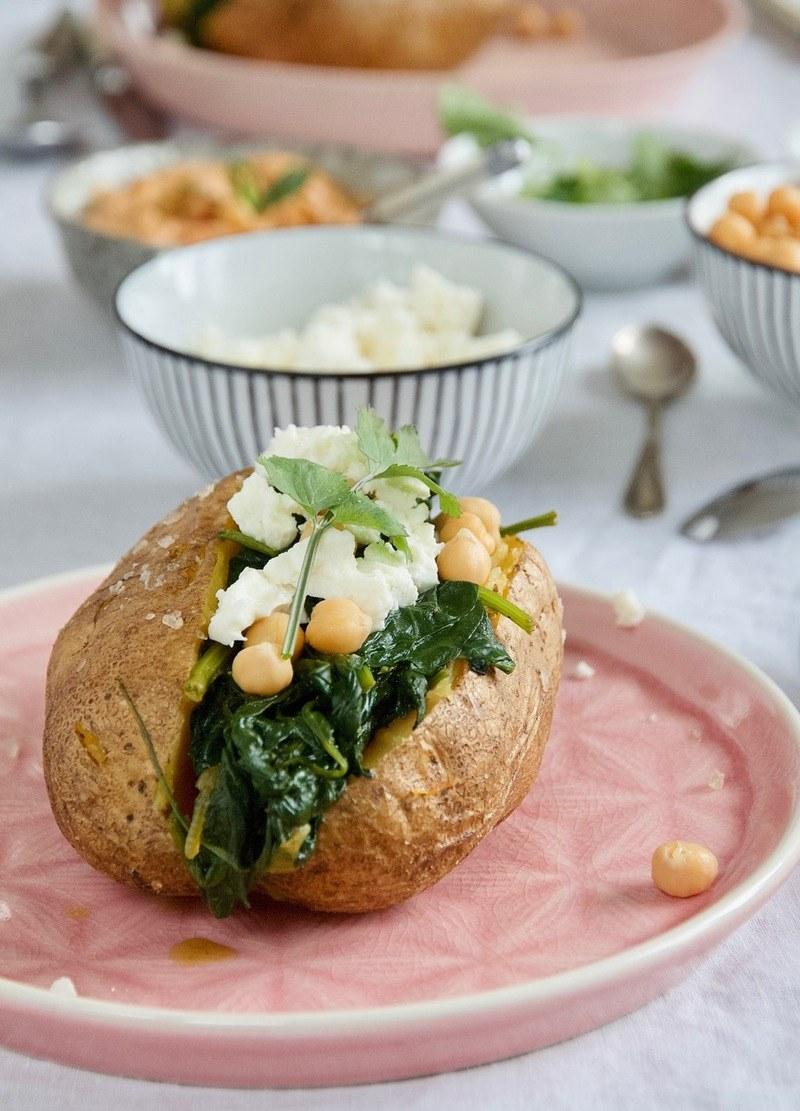 Rezept Gefüllte Ofenkartoffeln mit Harissa-Hummus, Kurkuma-Spinat, Kicherebsen und Feta