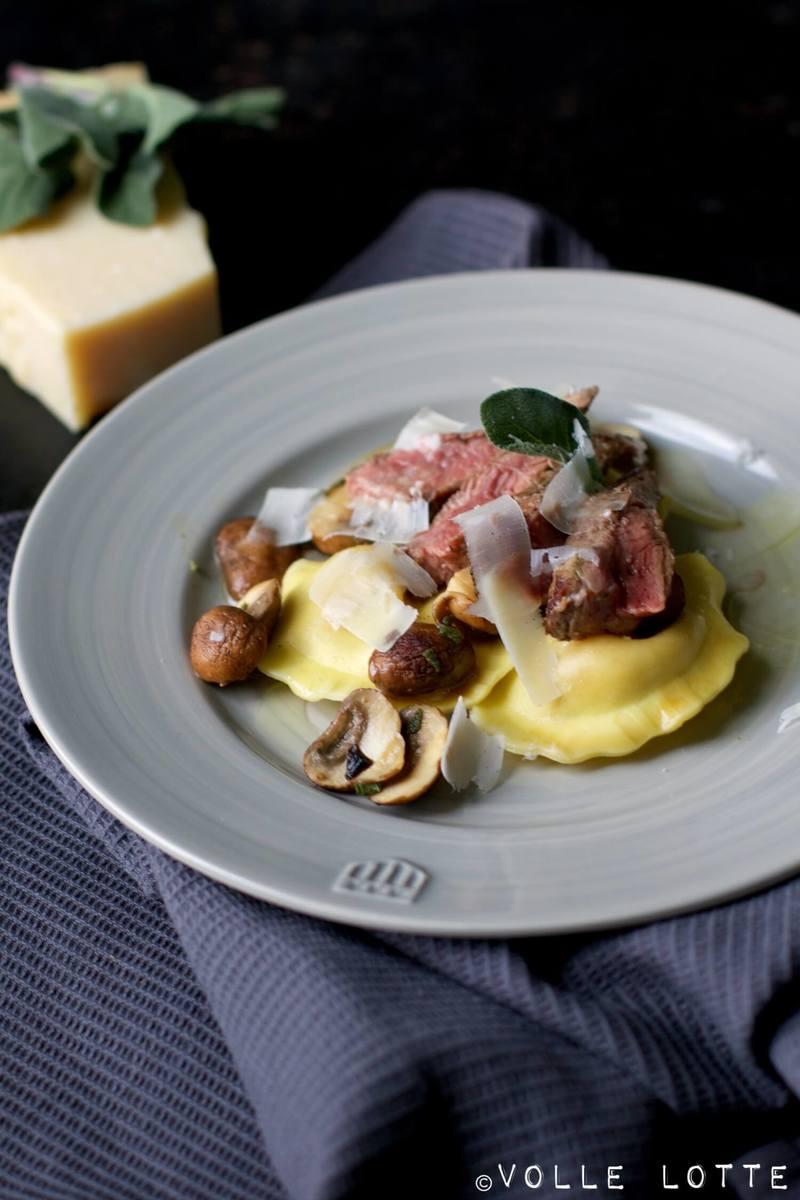 Rezept Gefüllte Pasta mit Ziegenkäse und karamellisierten Zwiebeln an Champignons, Rind, Salbei, Trüffelöl und Parmesan