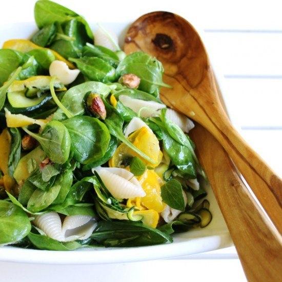 Rezept Gelb-grüner Zucchini-Pasta-Salat mit Spinat, Kräutern und Pistazien