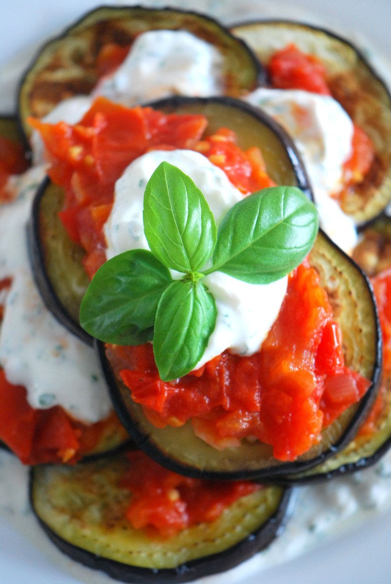 Rezept Geröstete Auberginen mit Tomaten-Sugo & cremigen Toppping