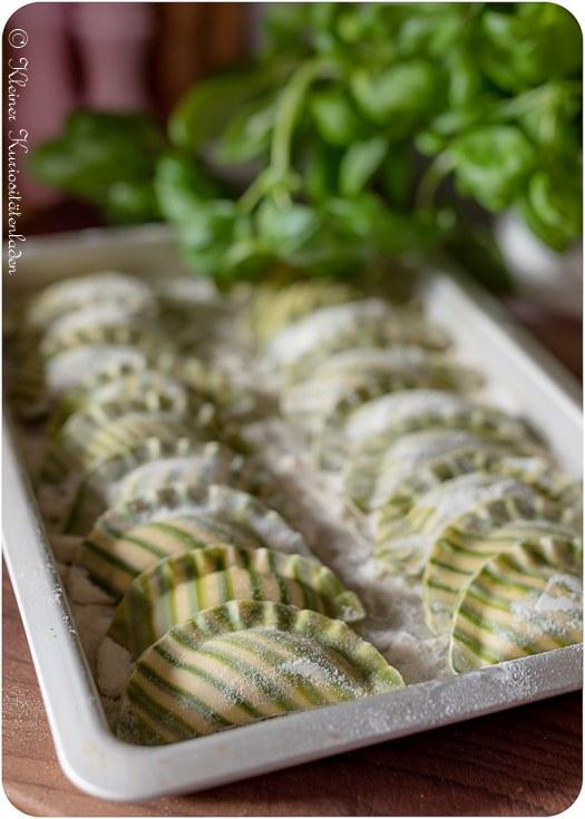 Rezept Gestreifte Hechtravioli mit grüner Weinschaumsauce