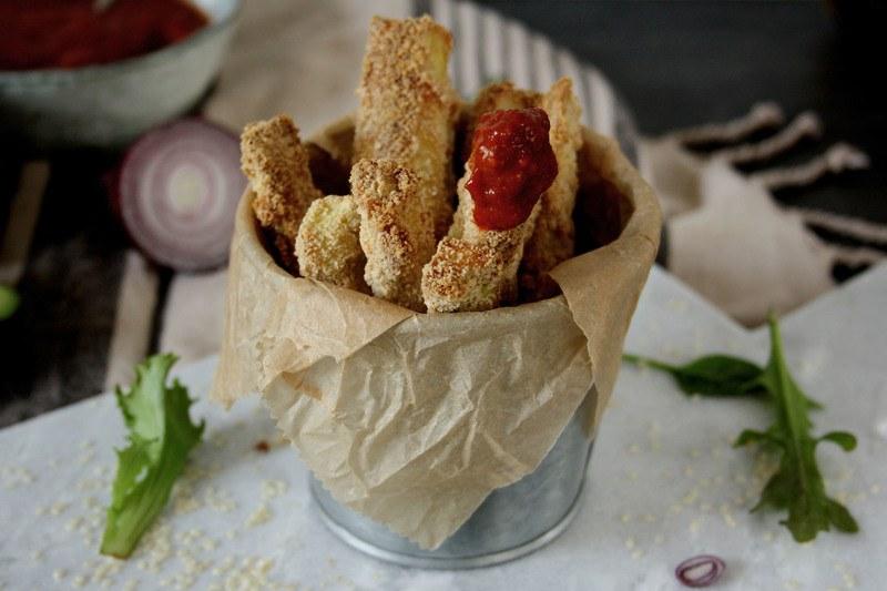 Rezept Gesunde Zucchini Sticks mit aromatischer Paprikasauce