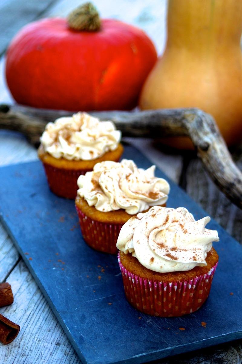 Rezept Gewürzkürbis-Cupcakes mit Zimt-Frischkäse-Frosting