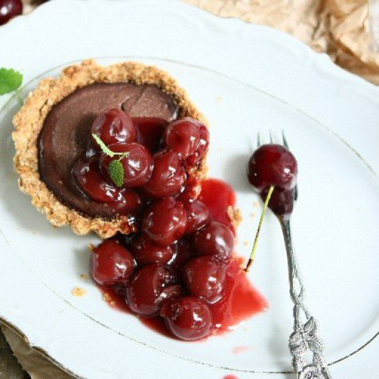 Rezept Gluten Free Chocolate Tofu Tartlets with Cherry Compote