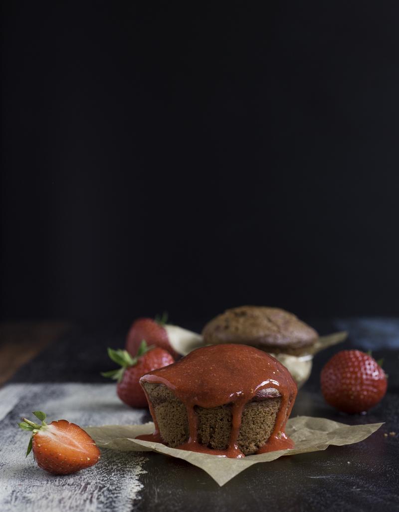 Rezept glutenfreie Erdbeer-Schokoladen-Muffins mit Erdbeersauce
