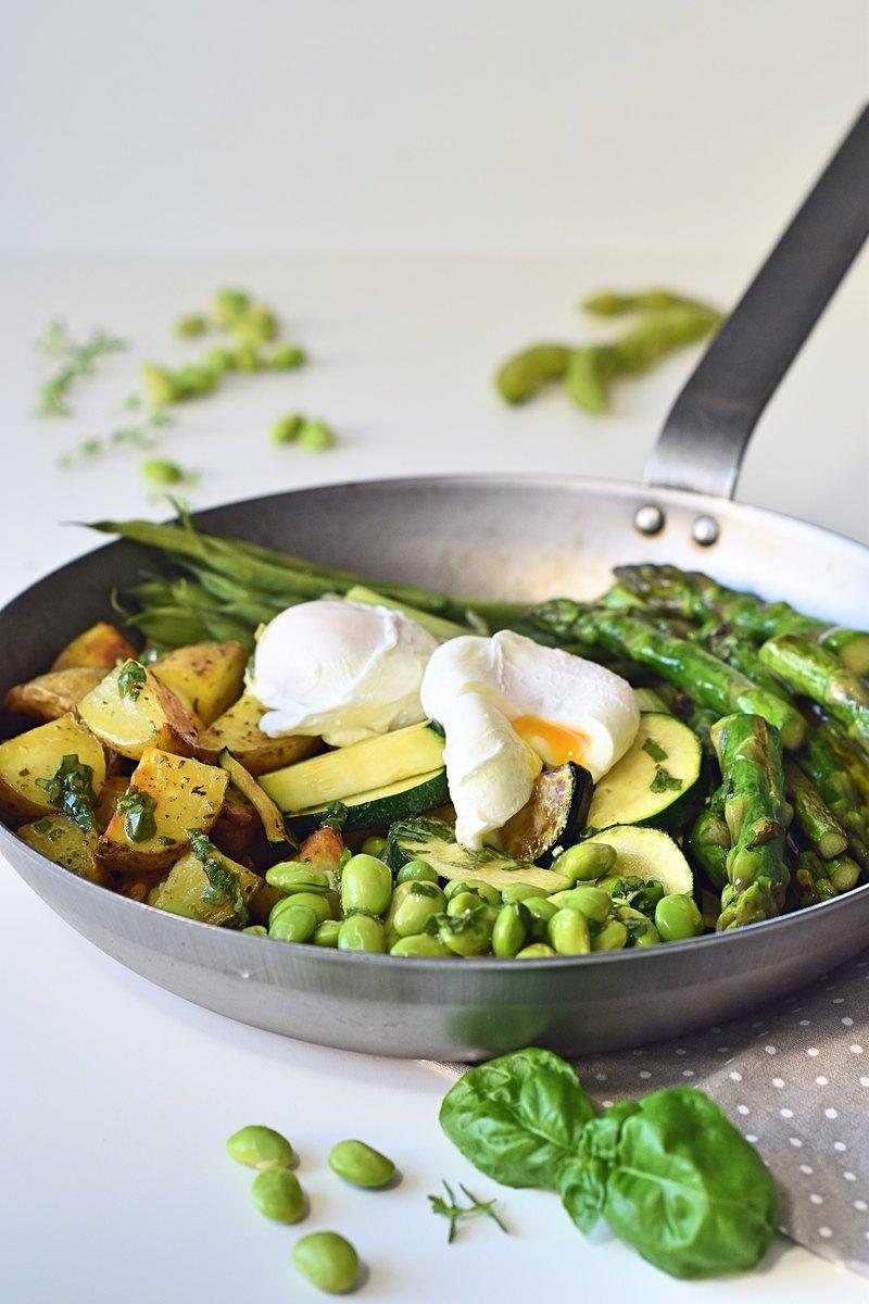 Rezept Grüne Gemüse Pfanne mit pochiertem Ei