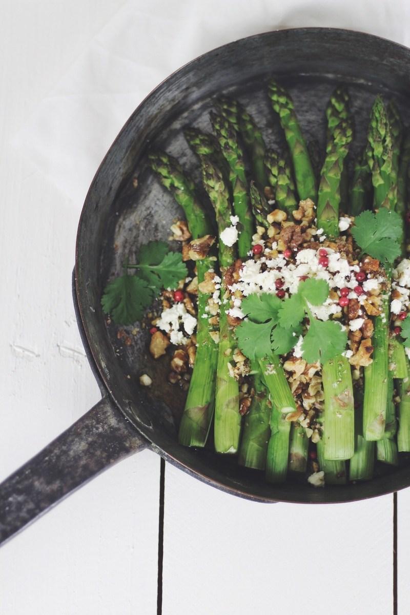 Rezept Grüne Spargeln mit Baumnüssen und Feta