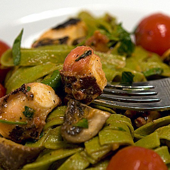 Rezept Grüne Tagliatelle mit Oktopus, Champignons und Tomaten