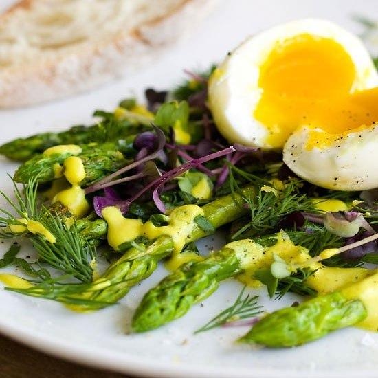 Rezept Grüner Spargel mit weichem Ei und vegane Homemade Mandel Mayonnaise